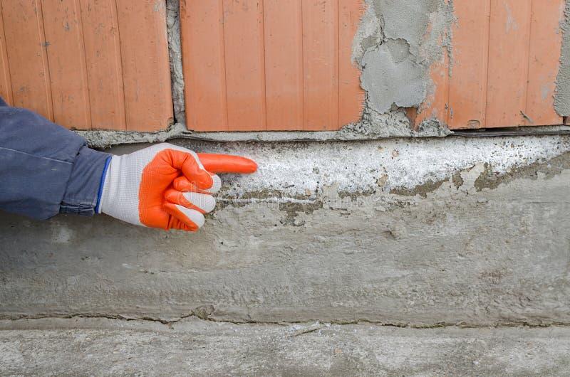 Irrégularités sur la base, provoquée par le salpêtre, eau capillaire photos stock