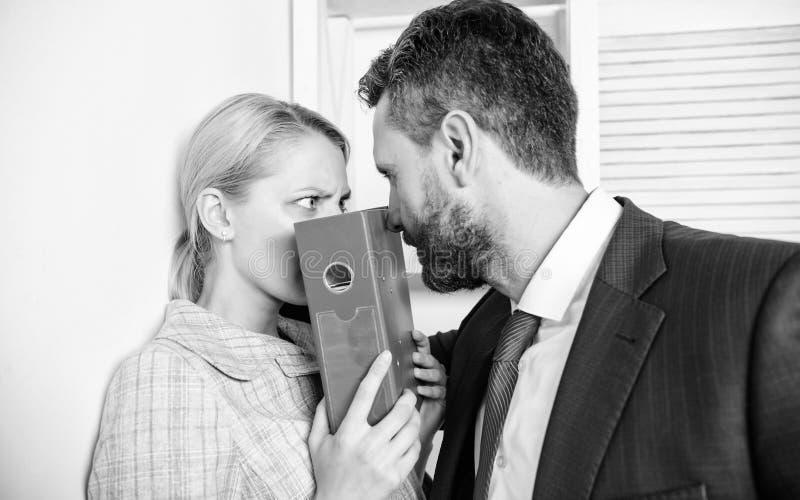 irr?v?rence Femme de bureau et son patron lascif Droits de femelle de protection image stock