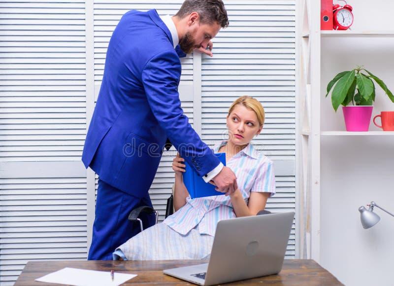irr?v?rence Harc?lement sexuel dans le lieu de travail Comportement ind?cent de fille images stock