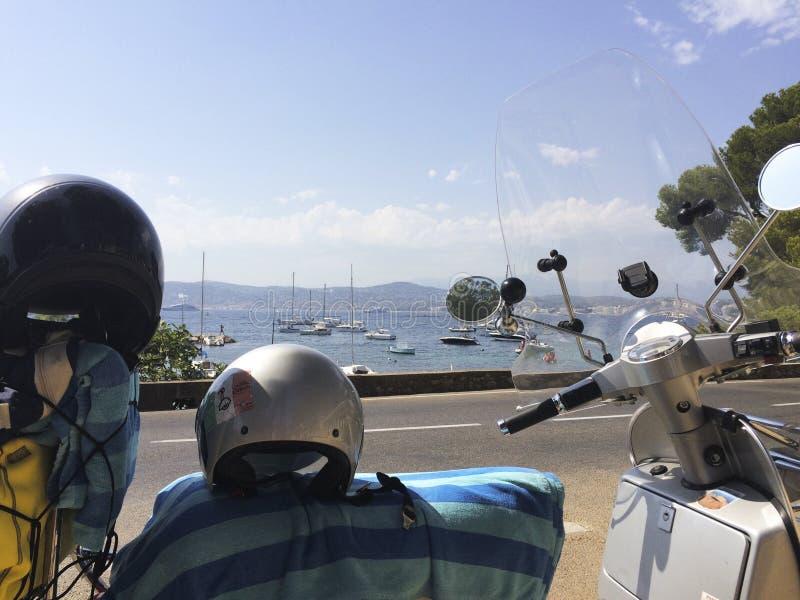 Irra på en sparkcykel i franska Riviera royaltyfri fotografi
