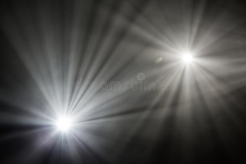 Irradia proyectores de teatro en la etapa durante el funcionamiento Reflector del pasillo de la iluminación equipment El diseñado fotografía de archivo