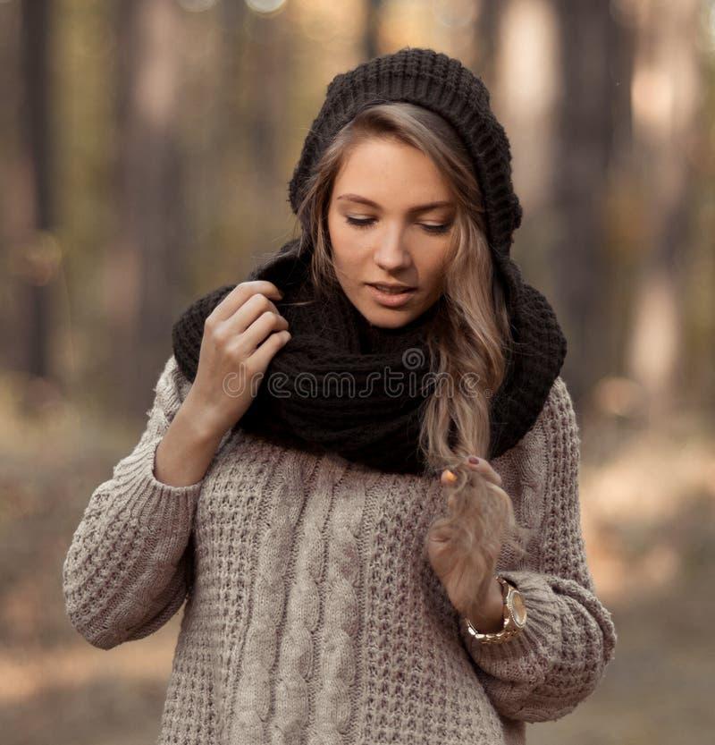 Irrealna perfect, zmysłowa, uwodzicielska elegancka dziewczyna z ciepłym, odziewa, kapelusz, pulower Pozujący dziewczyny outdoors zdjęcia stock
