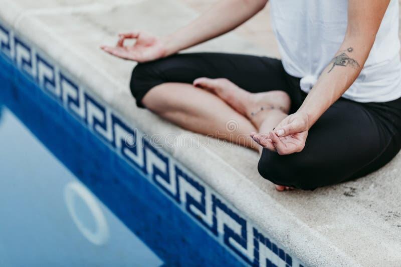 Irriconoscibile di forma fisica della giovane donna, yoga, ente sano alla piscina Concetto di libert? all'aperto Yoga e consapevo fotografia stock