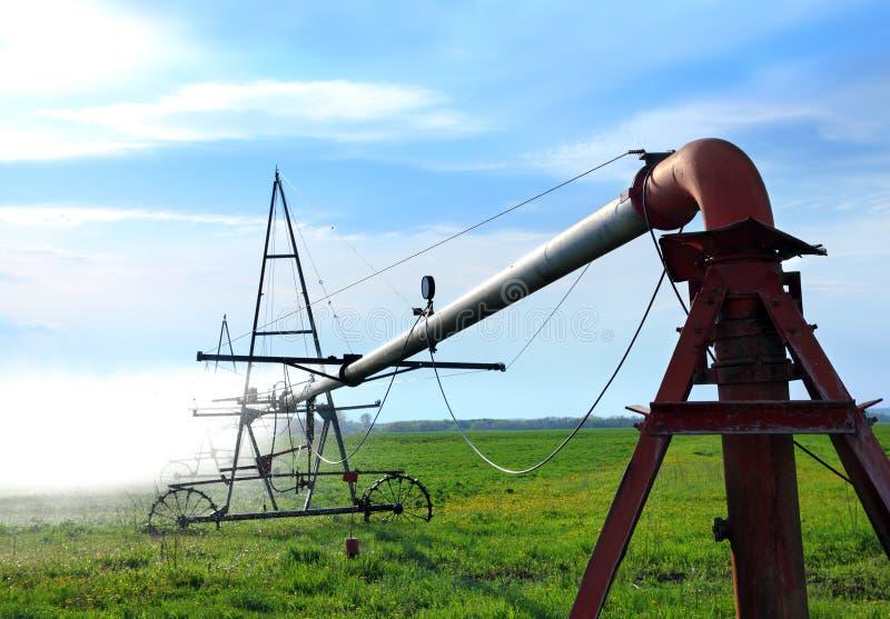Irrigación automática del campo de la agricultura imágenes de archivo libres de regalías