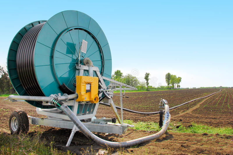 Irrigatiemachine op het gebied stock fotografie