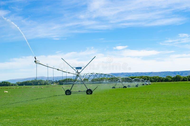 Irrigatiesysteem die op een landbouwbedrijf in Centrale Otago lopen royalty-vrije stock foto