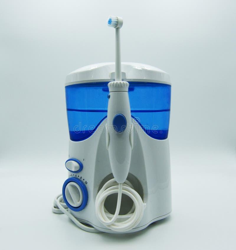 Irrigator και ηλεκτρική οδοντόβουρτσα στο άσπρο υπόβαθρο στοκ εικόνες με δικαίωμα ελεύθερης χρήσης