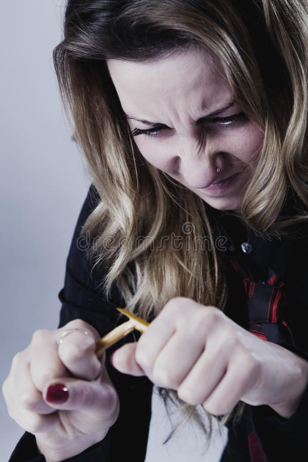 Irrita, mulher de negócio força e frustrado que quebra o lápis a fotos de stock