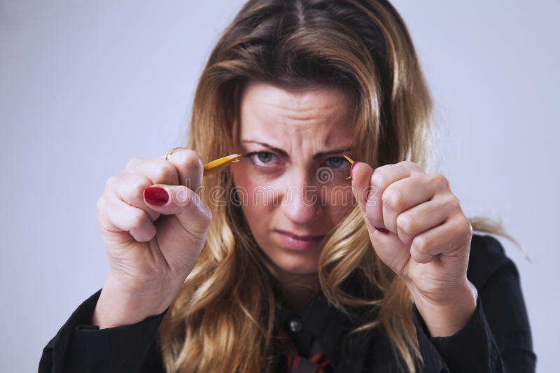 Irrita, mulher de negócio força e frustrado que quebra o lápis a fotografia de stock