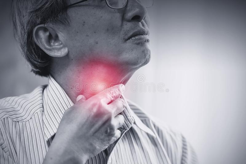 Irritation asiatique d'angine de vieil homme d'aîné photographie stock libre de droits