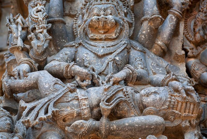 Irrite Lord Narasimha que mata o inimigo, formulário do deus hindu Vishnu, no templo cinzelado pedra Herança de Halebidu, Índia foto de stock royalty free