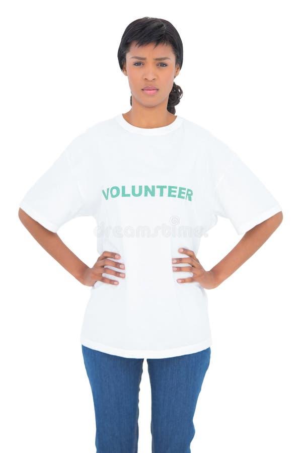Irriterad svart haired volontär som poserar med händer på höfterna arkivfoto