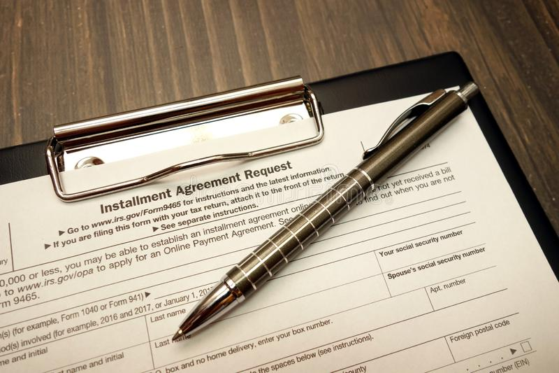 IRS U S forme de demande d'accord d'acompte avec le stylo photo libre de droits