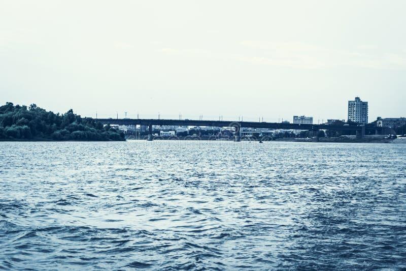 Irtyshdijk in de stad van Omsk, mening van de gewapend beton brug van Leningrad royalty-vrije stock afbeeldingen