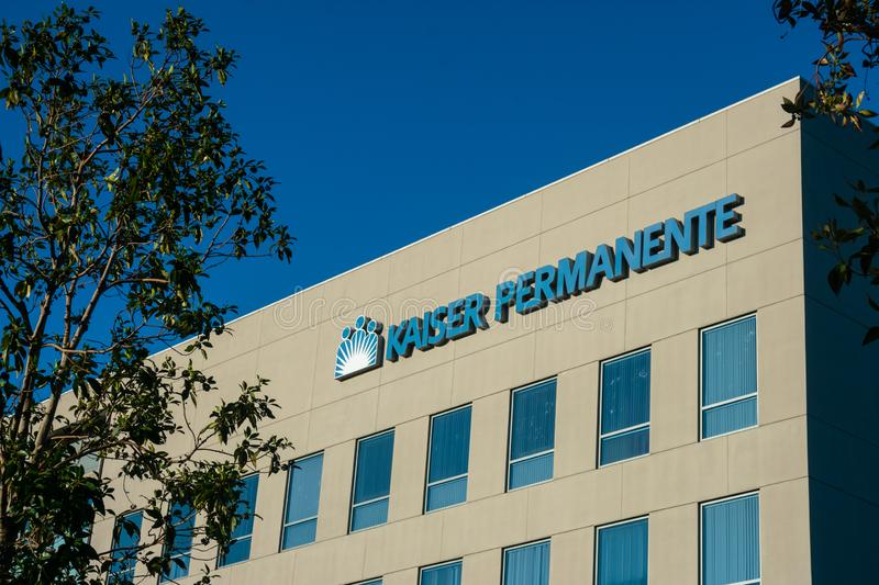 IRVINE, CAUSA - February 9, 2019 - Kaiser Permanente logo on hospital facility building. Kaiser Permanente is a medical care provider based in Oakland royalty free stock images