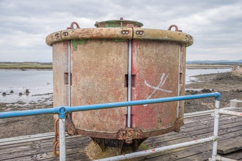 Irvine Harbour en Ayrshire Ecosse regardant au-dessus d'une certaine vieille balise maritime de rouillement de la Manche photo stock