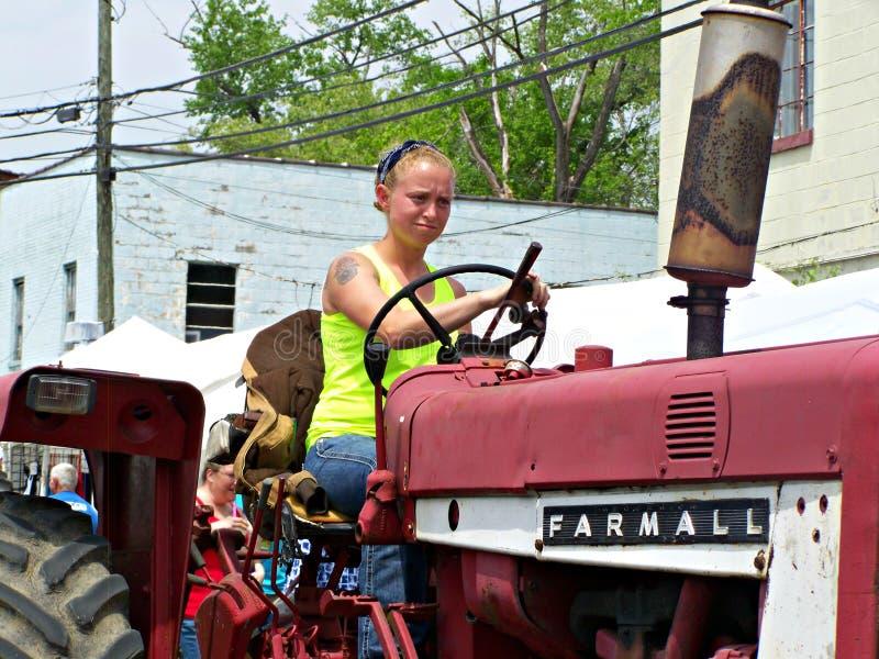 Irvine, Ky США - девушка фестиваля гриба горы 29-ое апреля 2017 управляет трактором Farmall в параде стоковые изображения rf