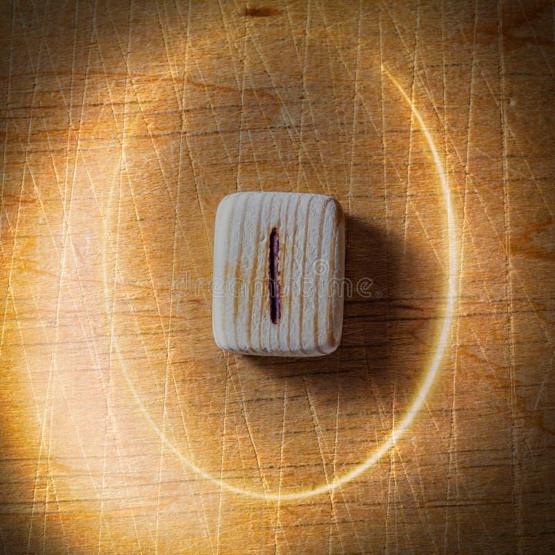 isa Handgjorda scandinavian tr?runor p? en tr?tappningbakgrund i en cirkel av ljus Begrepp av att ber?tta f?r f?rm?genhet royaltyfri bild
