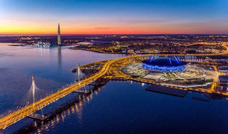 Άγιος-Πετρούπολη, Ρωσία Wiews στον κόλπο που φωτίζεται από τα πολύχρωμα φω'τα τη νύχτα στοκ εικόνα