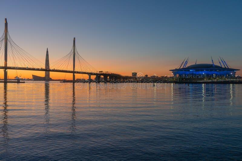 Άγιος-Πετρούπολη, Ρωσία Wiews στον κόλπο που φωτίζεται από τα πολύχρωμα φω'τα τη νύχτα στοκ φωτογραφίες