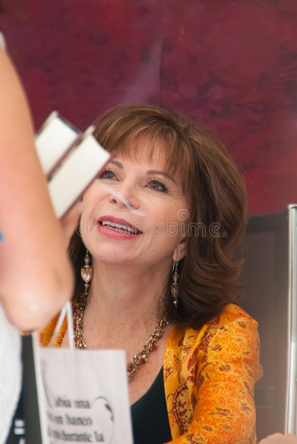 Isabel Allende i den Madrid bokmarknaden arkivbilder