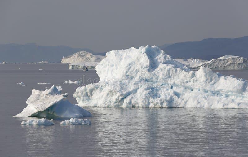 Isar och isberg av polara regioner av jord arkivbild