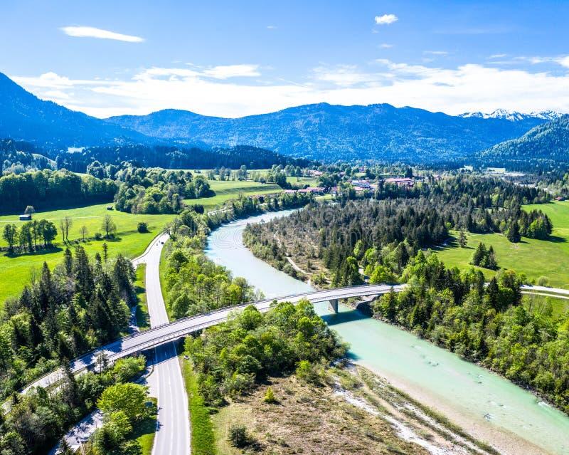 Isartal卡尔文德尔山脉山,伊萨尔河河,巴伐利亚德国天线 免版税图库摄影