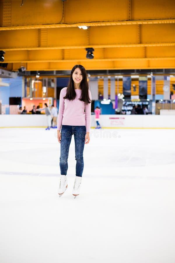 Isbana för is för kvinnaskridskoåkning inomhus fotografering för bildbyråer