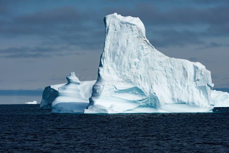Isberg i Grönland Enorm isbergbyggnad med tornet royaltyfria foton