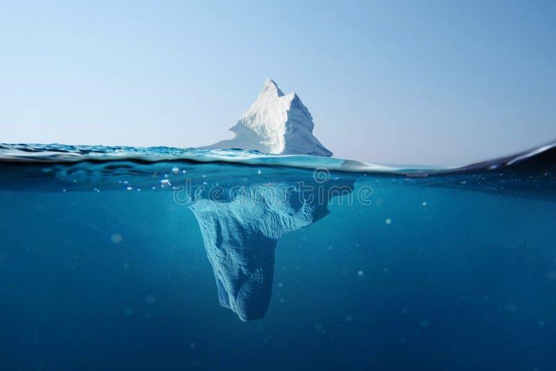 Isberg i havet Härlig sikt under vatten global v?rme Sm?ltande glaci?r G?mt farabegrepp arkivfoto