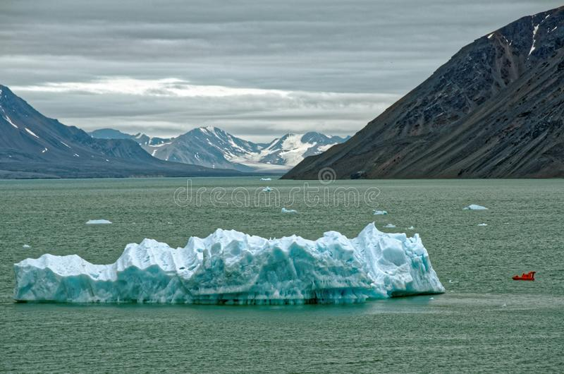 Isberg i havsneaen Svalbard arkivfoton