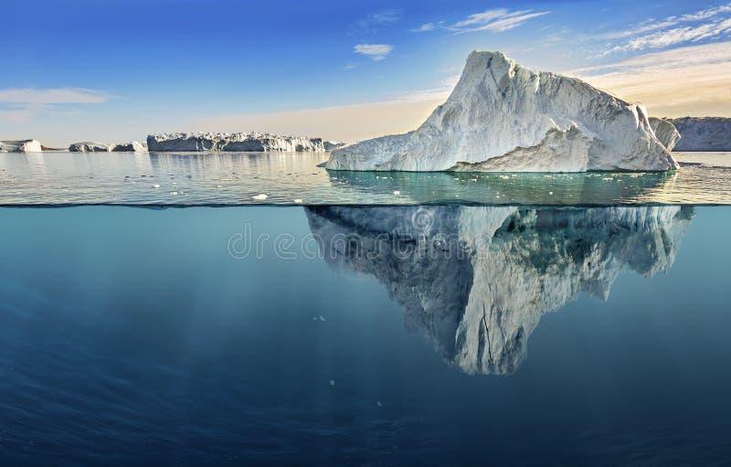 Isberg med ovannämnd och undervattens- sikt royaltyfri bild