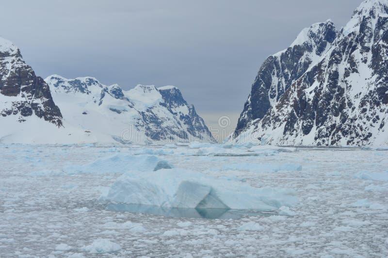 Isberg och berg royaltyfria bilder