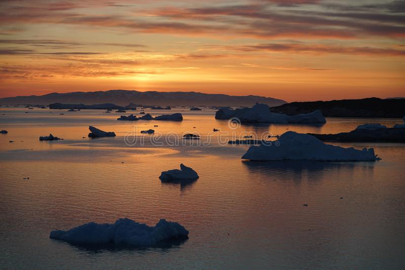 Isberg på det arktiska havet i Grönland arkivbilder