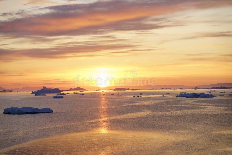 Isberg på det arktiska havet i Grönland royaltyfria bilder