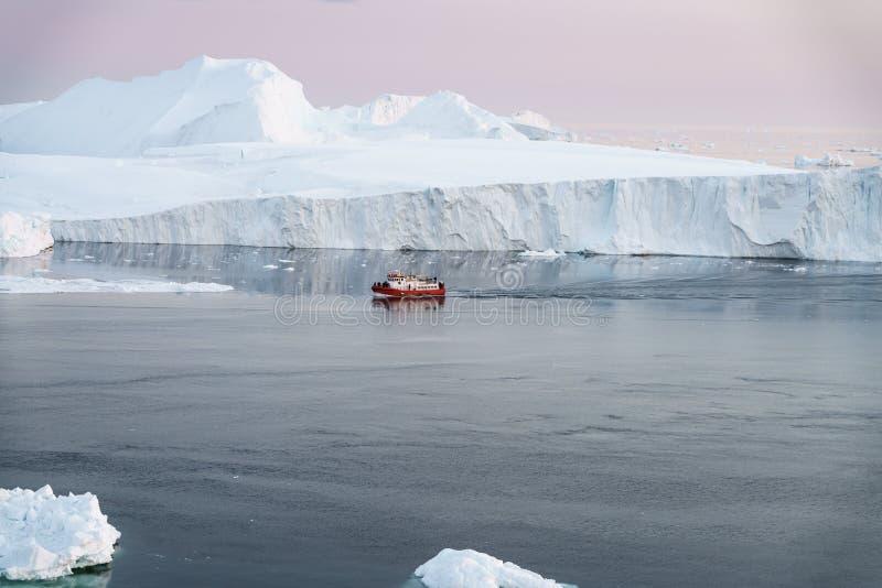 Isberg på det arktiska havet i Grönland arkivfoto