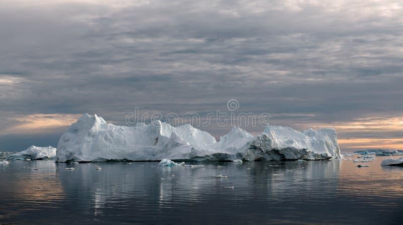 Isberg på solnedgången Natur och landskap av Grönland Disko fjärd Västra Grönland arkivbilder