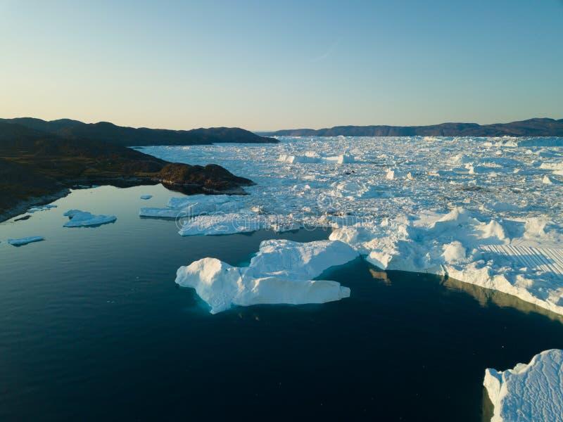 Isberg surrar bästa sikt för flyg- bild - klimatförändring och global uppvärmning Isberg från smältningsglaciären i icefjord i Il royaltyfria bilder