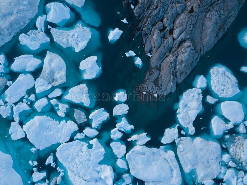 Isberg surrar bästa sikt för flyg- bild - klimatförändring och global uppvärmning Isberg från smältningsglaciären i icefjord i Il royaltyfri foto