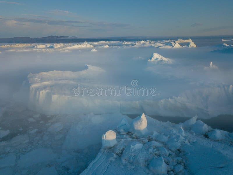 Isberg surrar bästa sikt för flyg- bild - klimatförändring och global uppvärmning Isberg från smältningsglaciären i icefjord i Il arkivbild