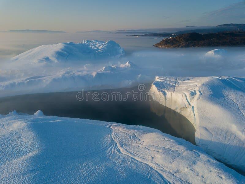 Isberg surrar bästa sikt för flyg- bild - klimatförändring och global uppvärmning Isberg från smältningsglaciären i icefjord i Il royaltyfria foton