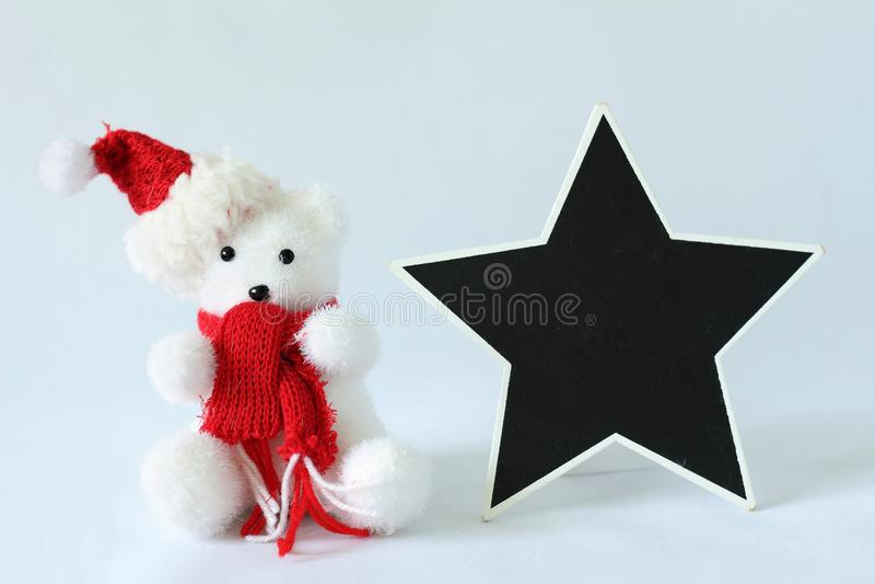 Isbjörnen som bär en hatt, och en röd halsduk för garnering för julparti med ett tomt meddelande kritiserar fotografering för bildbyråer