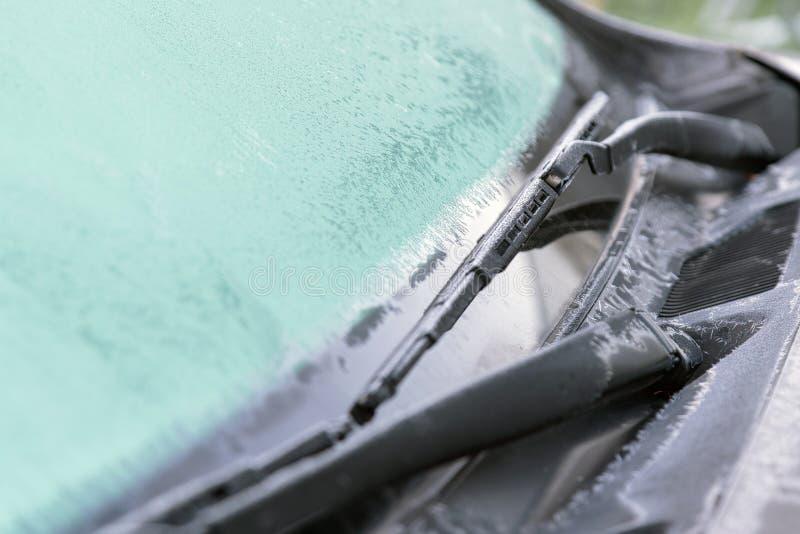 Isblommor, fryst bilfönster Den iskalla frosten bildar iscrys royaltyfri foto