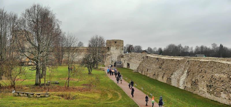 Isborsk Paredes y torres de la fortaleza foto de archivo