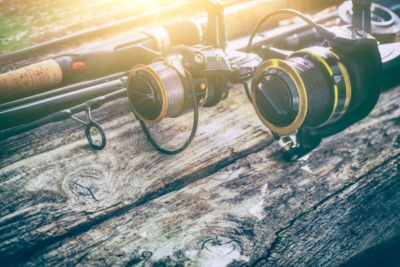 Isca do pescador do carretel da roda de giro do fundo da engrenagem da vara de pesca concentrada imagem de stock