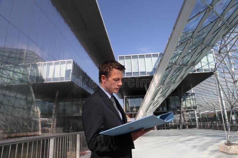 Iscensätta affärsmannen som läser en mapp, konstruktion, arkitektur royaltyfri foto