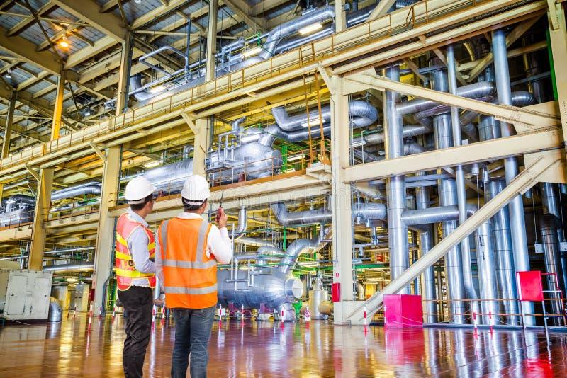 Iscensätta arbete i en termisk kraftverk med samtal på radio fotografering för bildbyråer