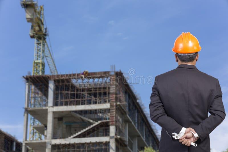 iscensätta den hållande orange hjälmen för arbetarsäkerhet på contructi arkivfoton