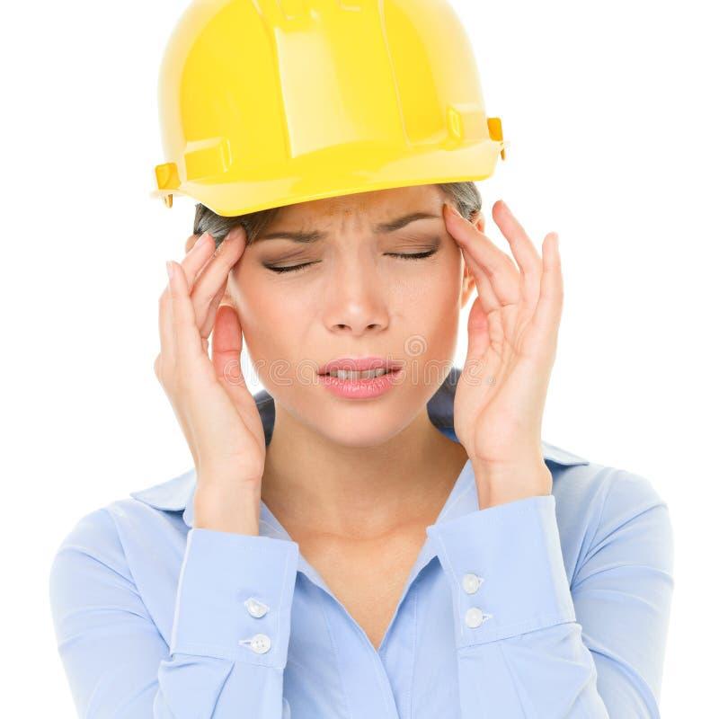 Iscensätta eller spänningen för huvudvärken för arkitektkvinnaarbetaren royaltyfri bild