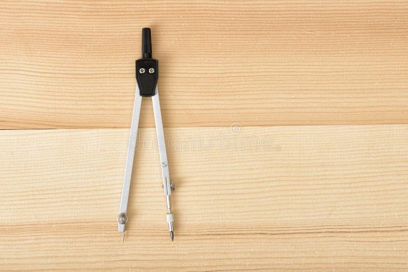 Iscensätta kompasset på en träyttersida i bästa sikt royaltyfria foton